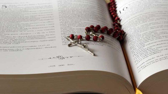 beads-bible-blur-2363393